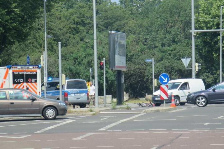 Rettungskräfte und Notarzt versorgten den Radfahrer noch vor Ort.