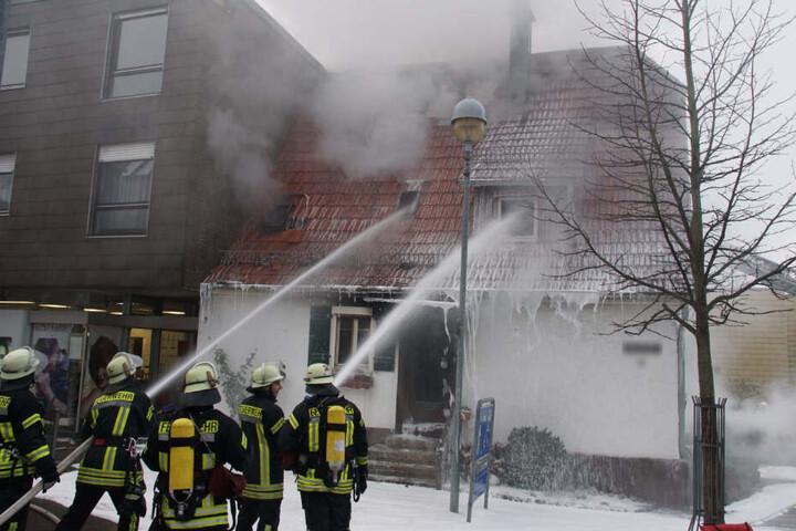 Bei dem Feuer wurden zwei Hausbewohner sowie der Tanklaster-Fahrer schwer verletzt.
