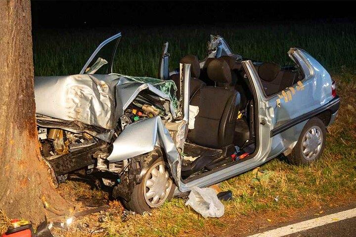 Der Citroen Saxo wurde durch den Frontal-Crash extrem stark deformiert.