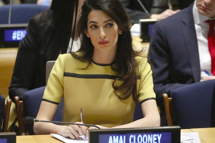 Amal Clooney ist die Anwältin der Nebenklägerin, der Mutter des toten Mädchens.