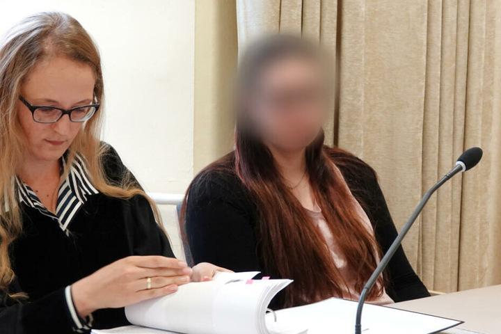 Die Angeklagte (rechts im Bild) vor einer Woche zum Prozessauftakt im Gerichtssaal.