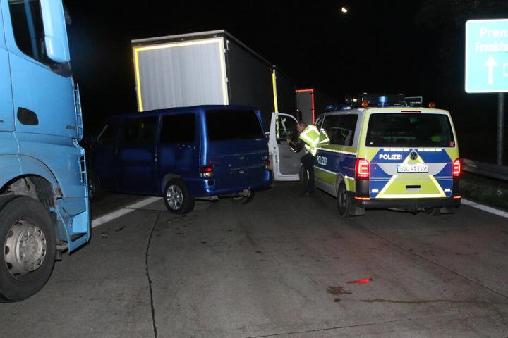 Ein Polizist steigt aus dem Auto.