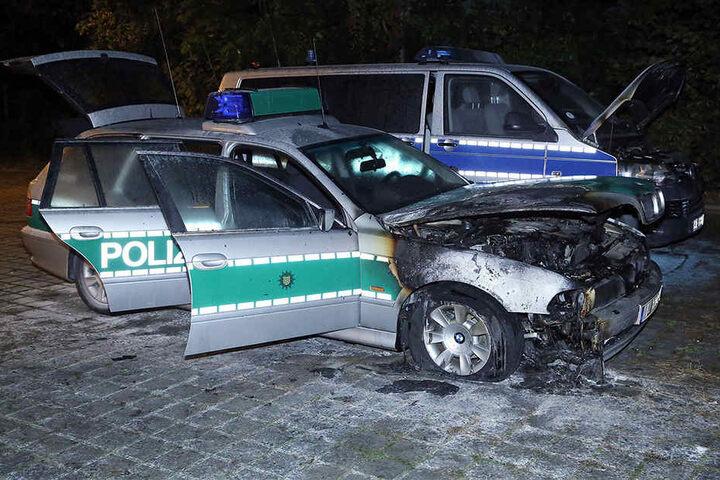 Die Einsatzwagen sind nicht mehr einsatzbereit. Der Sachschaden beläuft sich auf mehrere zehntausend Euro.