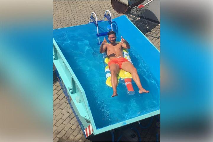 Cool im Pool: Auch Dynamo-Abwehrspieler Niklas Kreuzer (26) hat schon ein Bad im Baucontainer genossen.