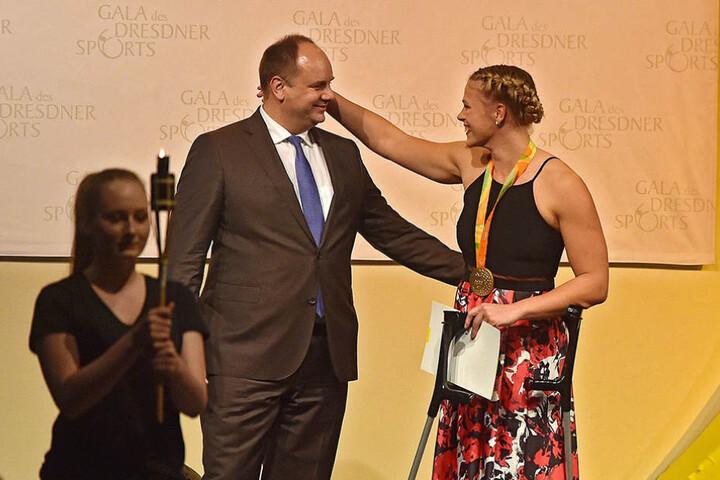 OB Dirk Hilbert hatte alle Hebel in Bewegung gesetzt, um der Sportlerin eine Ersatz-Medaille zu organisieren.