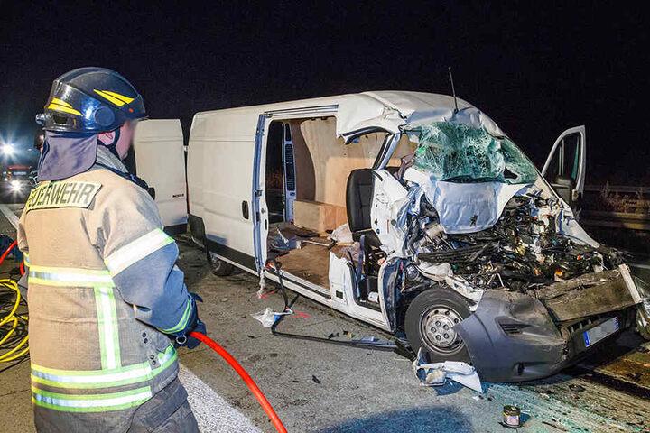 Der Transporter wurde bei dem Auffahrcrash vollkommen zerstört.