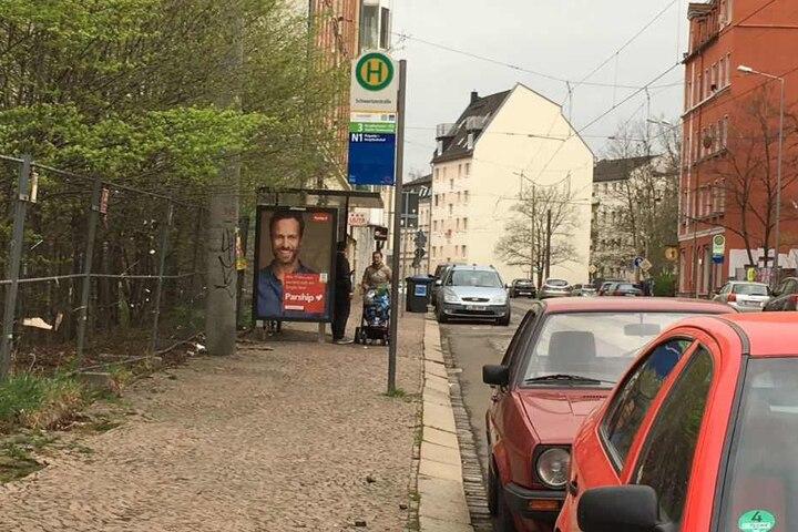 An der Haltestelle Schwartzestraße im Südwesten der Stadt stehen ahnungslose Fahrgäste. Da die Haltestelle über keine digitale Anzeige verfügt, wissen die Leute nicht, dass die LVB-Mitarbeiter an diesem Freitag streiken.