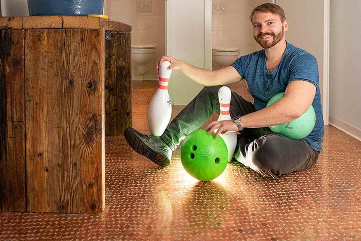 Daniel Böhm (33) hat gemeinsam mit seiner Lebensgefährtin Nicole Thuß (29) wochenlang an der Renovierung der alten Bowlingbahn gearbeitet.