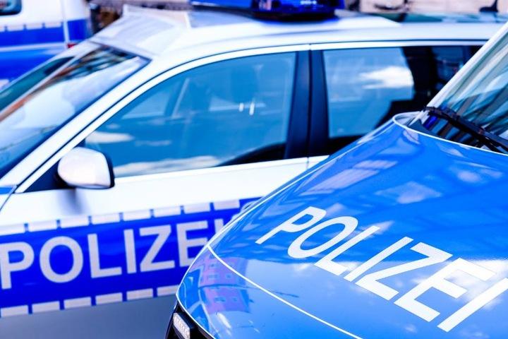 Die Polizei sperrte die Kreisstraße teilweise ab. (Symbolbild)
