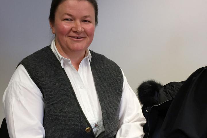 Bäuerin Regina Killer im Landgericht München: Das Ehepaar aus Holzkirchen verklagt sie, weil ihre Kühe zu laute Glocken haben.