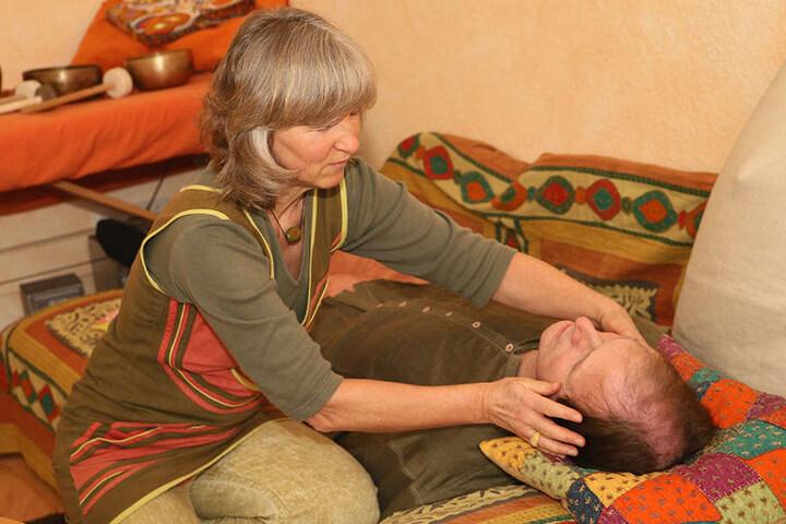 Wissende Hände: Angelika Nolte versteht es, bei Ratsuchenden die Selbstheilungskräfte zu aktivieren.