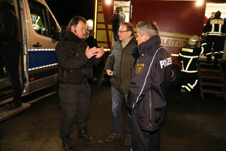 Bürgermeister Jürgen Opitz (Mitte) bespricht mit den Einsatzkräften die Lage.