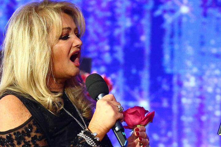 ... keine Geringere als Rockröhre Bonnie Tyler (67) hat Lanny als Support für einige Konzerte ihrer Europa-Tour gebucht!