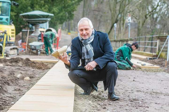 Schlossherr Ulrich Finger (62) hübscht jetzt die Südterrasse des Prachtbaus auf.