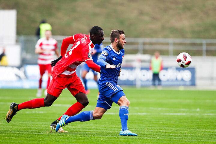 Das Hinspiel zwischen Zwickau und Unterhaching im November endete 2:2. Hier liefern sich Tarsis Bonga (l.) und Dominik Stahl ein Laufduell um den Ball.