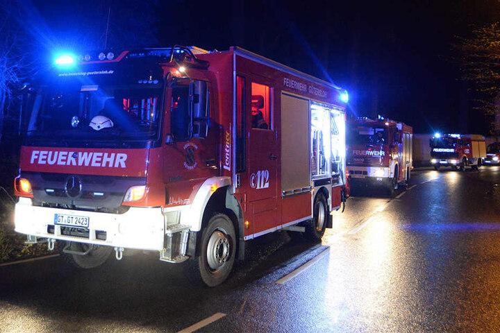 Die Feuerwehr rückte mit mehreren Einsatzfahrzeugen an.