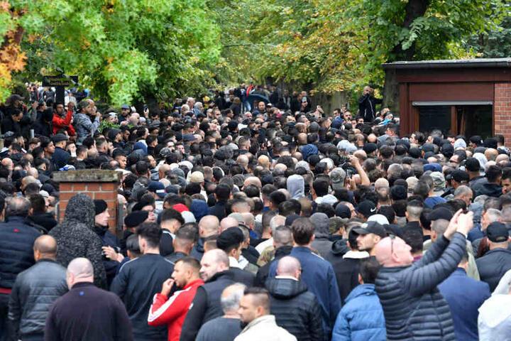 Zahlreiche Trauergäste kommen zur Beerdigung von Nidal R. auf dem Neuen Zwölf-Apostel-Kirchhof in Schöneberg.