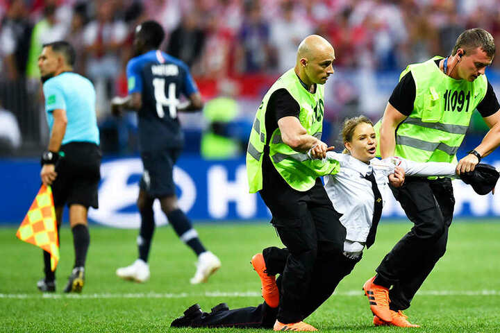 Flitzer-Aktion: Pussy Riot stürmt WM-Finale 2018 in Moskau