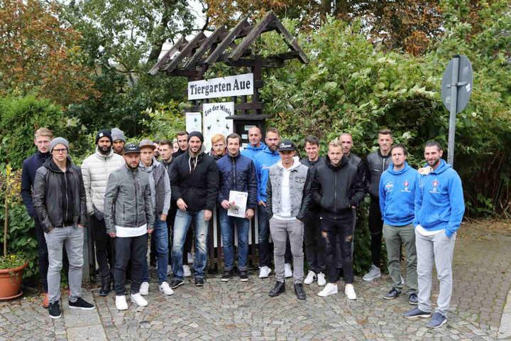 Besuch im Auer Zoo: Trainer und Spieler des FCE übernahmen Patenschaften.