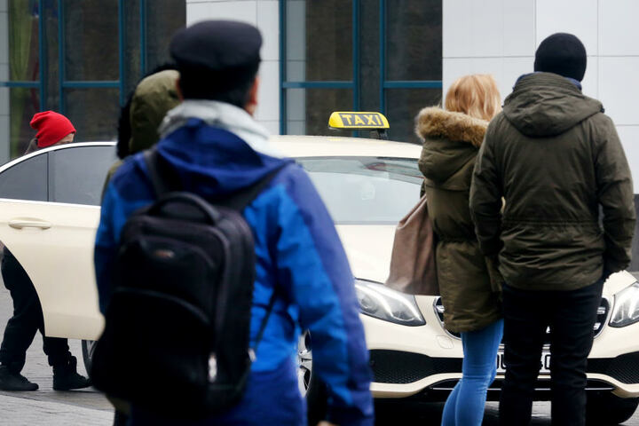 Der Warnstreik sorgt für ein gutes Geschäft bei Taxi-Fahrern. Hier in Duisburg am Hauptbahnhof.