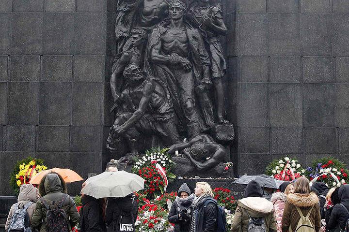 Besucher stehen vor dem Denkmal des Warschauer Aufstandes. Polen und Israel streiten weiterhin um die Auslegung des in Kraft getretenen polnischen Holocaust-Gesetzes.