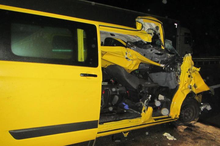 Der Unfallverursacher und der Lasterfahrer blieben unverletzt.