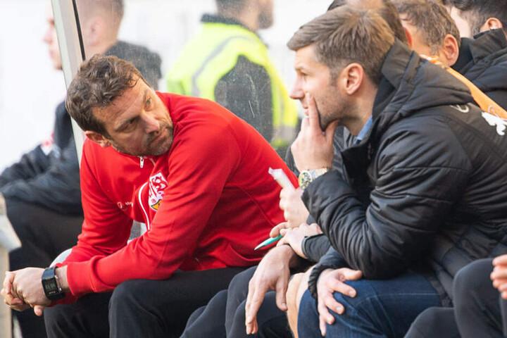 Weinzierl (links) und Thomas Hitzlsperger (rechts) am Samstag beim Spiel gegen Leipzig.