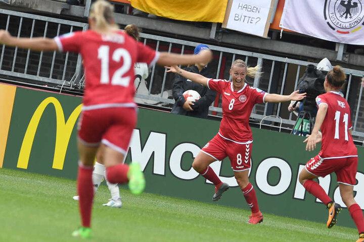Dänemark jubelt. Kurz vor Schluss schossen sie den 2:1-Führungstreffer.