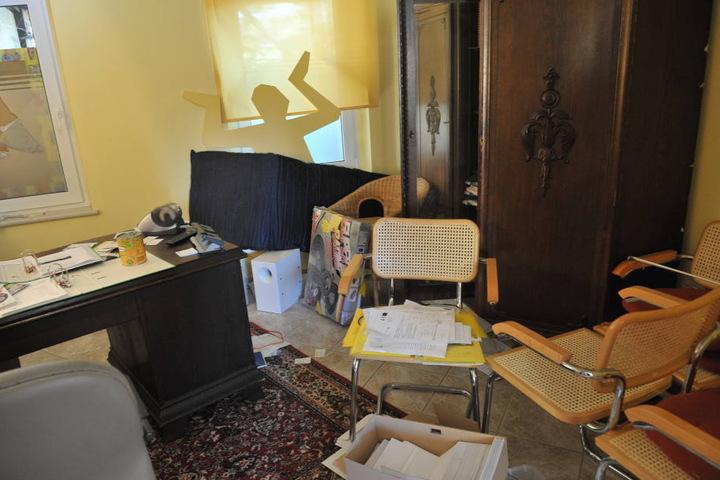 Auf der Suche nach Beute hat der Einbrecher das Büro verwüstet.