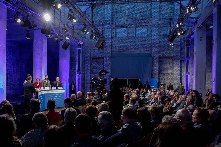 """Bei der Leserdebatte der """"Freien Presse"""" mit ausgewählten Bürgern musste sich Merkel kritische Stimmen zur Flüchtlingspolitik gefallen lassen. Insgesamt verlief die Debatte aber sachlich und mit wenigen Ausnahmen unaufgeregt."""