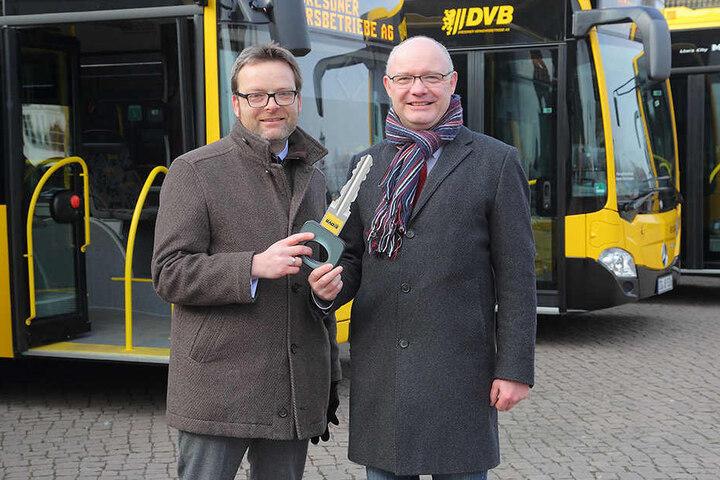 Freuen sich über die neuen Mega-Busse: DVB-Marketingchef Martin Gawalek (40,  l.) und Bus-Chef Robert Roch (47).