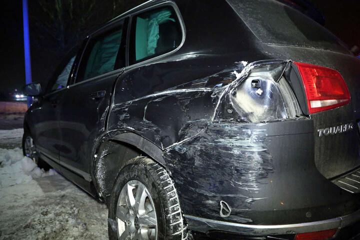 Der Fahrer des VW blieb unverletzt. Notarzt und Rettungsassistent mussten verletzt in ein Krankenhaus gebracht werden.