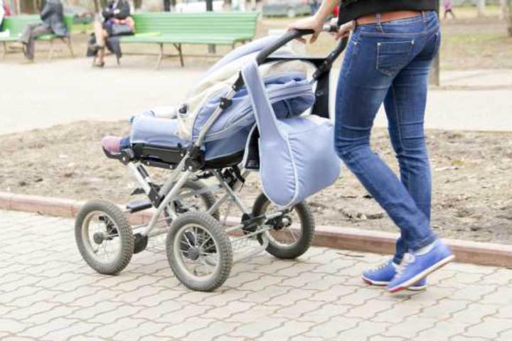 Ob die Mutter bei Grün die Straße überquert hat, ist noch unklar.