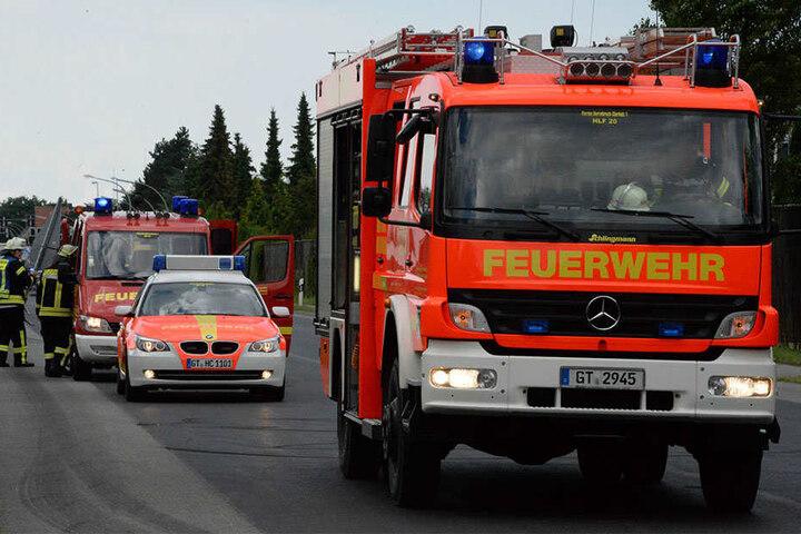 Die Feuerwehr war damit beschäftigt, ausgelaufene Betriebsstoffe von der Straße zu entfernen.