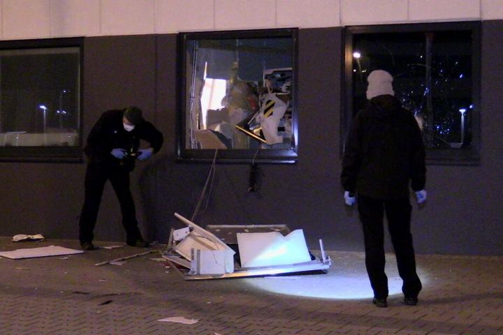Die Ermittler untersuchten den Tatort mit dem gesprengten Geldautomaten.