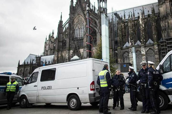 Ein Videowagen mit ausfahrbarem Kameramast vor dem Kölner Dom. Ähnliche Geräte werden bald auch in Berlin eingesetzt.