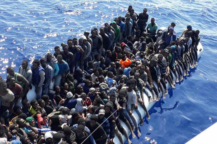 Afrikanische Migranten vor der Küste Libyens.