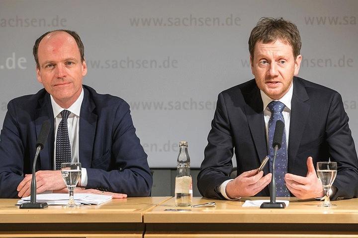 Michael Kretschmer (42, r.) und Finanzminister Matthias Haß (50, beide CDU) präsentieren erste Skizzen für die Ausgaben des Freistaates 2019 und 2020.