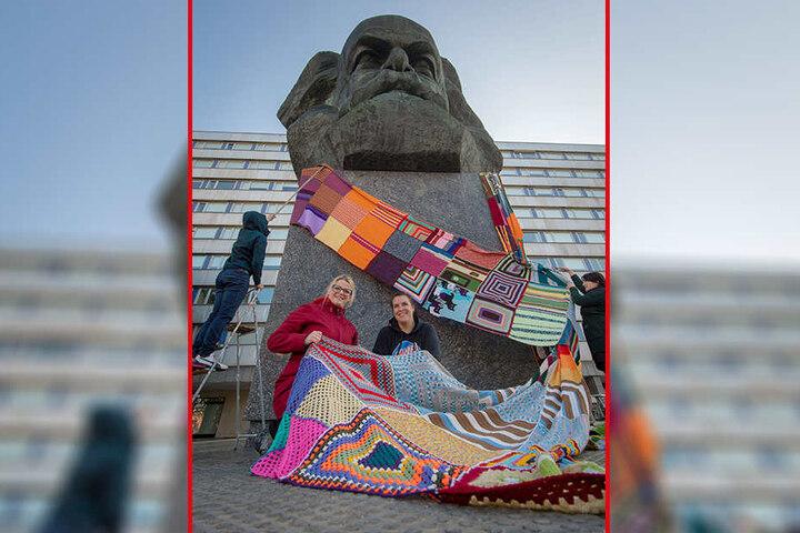Schönes Geschenk! Einen 28 Meter langen bunten Schal legten Susanne Schaper (40, Linke, vorn li.) und Maxi Kupfer (vorn re.) dem Karl-Marx-Kopf um den Hals.