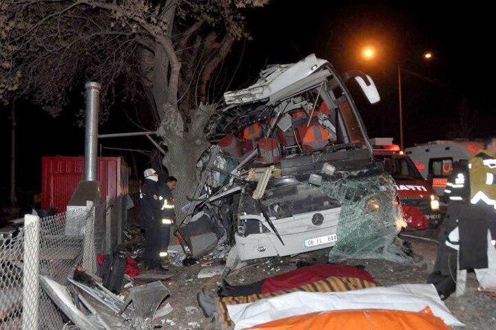 Der Reisebus waren von der Straße abgekommen und gegen einen Baum geprallt.