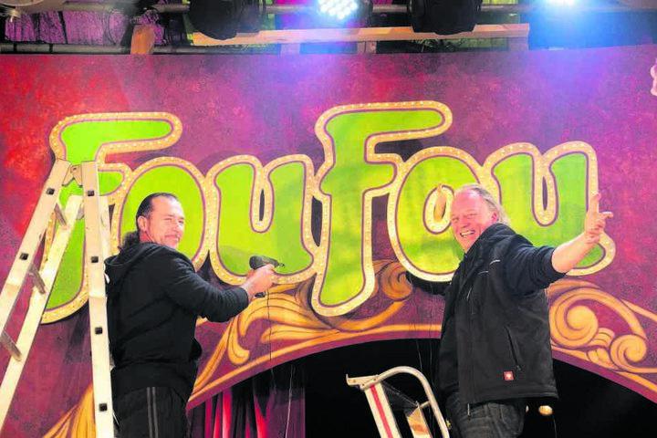 """Letzte Arbeiten an der Dekoration: André Sarrasani (r.) und der Portugiese Nuno bringen den """"FouFou""""-Schriftzug an."""