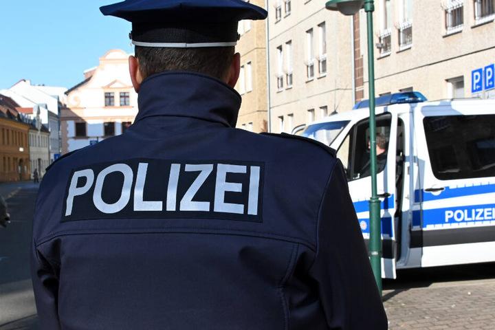 Die Polizei bittet um Hilfe bei der Suche nach den flüchtigen Personen. (Symbolbild)