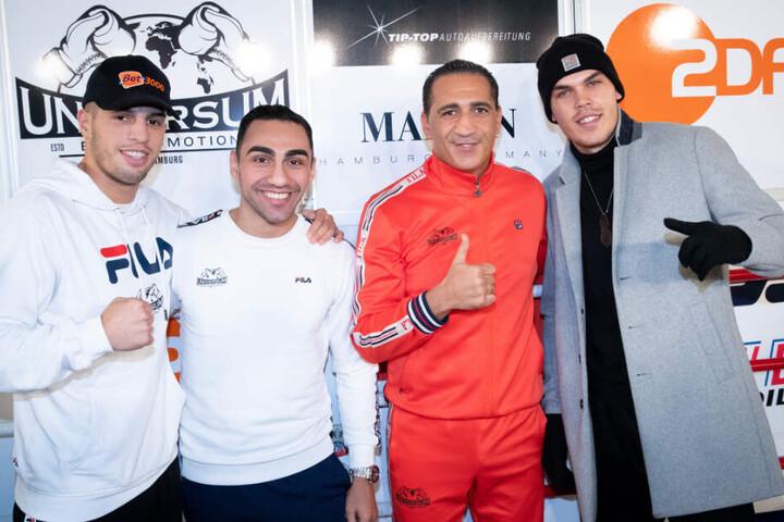Ismail Özen-Otto (2.v.r), Promoter Universum Box Promotion, und die Boxer (l-r) Toni Kraft, Artem Harutyunyan und Leon Bauer stehen nach einer Pressekonferenz im Box-Gym Universum zusammen.