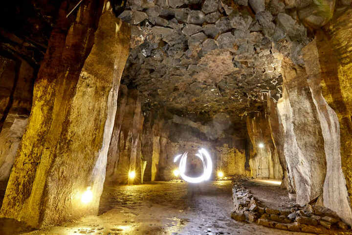 In den Höhlen wurde früher Basalt abgebaut.