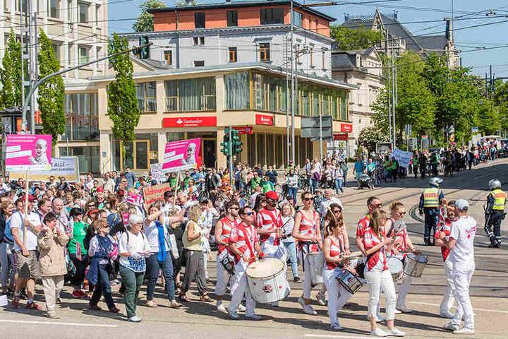 """Bei mitreißenden Samba-Rhythmen schlossen sich rund 300 behinderte und nicht behinderte Menschen zur """"Parade der Vielfalt"""" zusammen."""