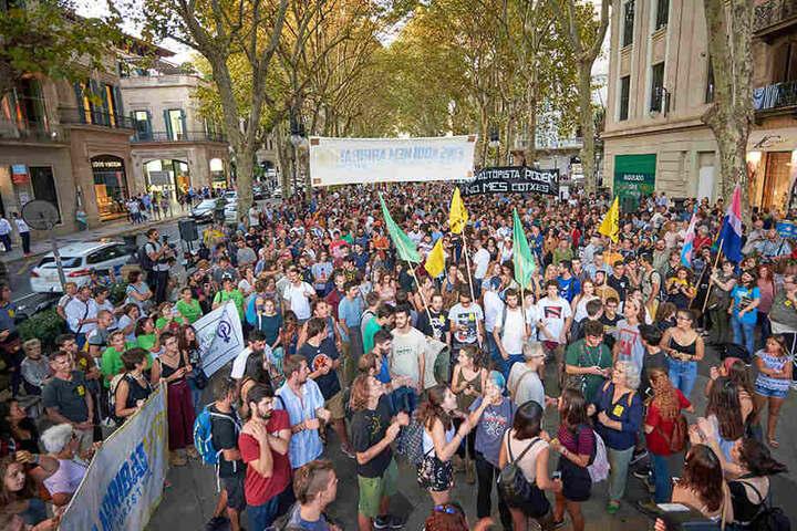 Medien schätzen, dass circa 3000 Leute auf die Straße gingen.