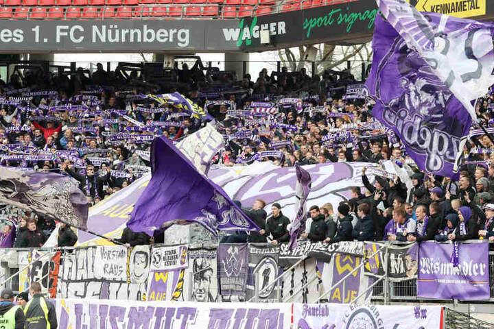 Tausende FCE-Fans sind zum Spiel nach Nürnberg gefahren.