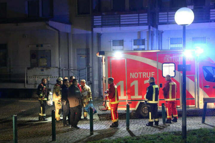 Feuerwehr und Rettungskräfte an der Unfallstelle.