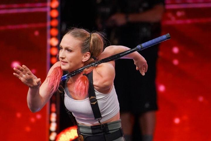 Sara Twister schießt mit dem Bogen.