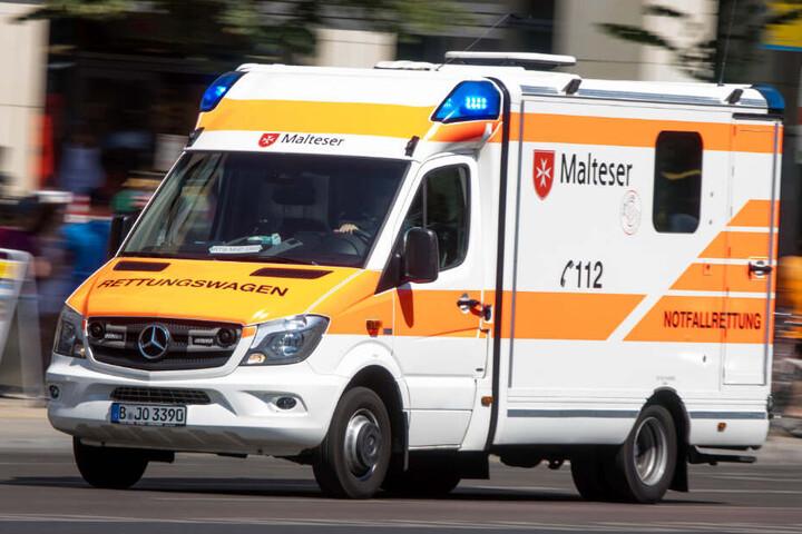 Ein Rettungswagen fährt zu einem Einsatz. (Symbolbild)